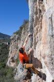 Νέα αρσενική ένωση ορειβατών από έναν απότομο βράχο Στοκ φωτογραφίες με δικαίωμα ελεύθερης χρήσης