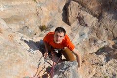 Νέα αρσενική ένωση ορειβατών από έναν απότομο βράχο Στοκ Εικόνες