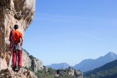Νέα αρσενική ένωση ορειβατών από έναν απότομο βράχο Στοκ φωτογραφία με δικαίωμα ελεύθερης χρήσης