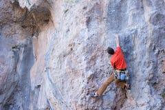 Νέα αρσενική ένωση ορειβατών από έναν απότομο βράχο Στοκ Φωτογραφίες