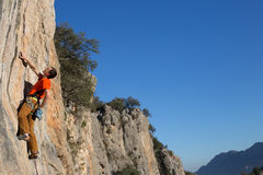 Νέα αρσενική ένωση ορειβατών από έναν απότομο βράχο Στοκ εικόνες με δικαίωμα ελεύθερης χρήσης