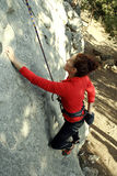 Νέα αρσενική ένωση ορειβατών από έναν απότομο βράχο Στοκ Φωτογραφία