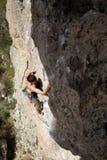 Νέα αρσενική ένωση ορειβατών από έναν απότομο βράχο Στοκ Εικόνα