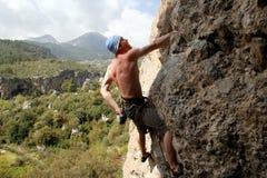 Νέα αρσενική ένωση ορειβατών από έναν απότομο βράχο Στοκ εικόνα με δικαίωμα ελεύθερης χρήσης