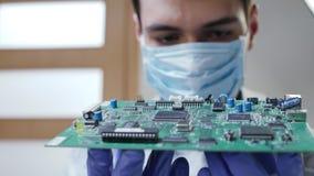 Νέος αρσενικός ηλεκτρονικός εξοπλισμός επισκευών τεχνολογίας ή μηχανικών απόθεμα βίντεο