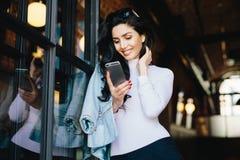 Νέα ασήμαντη επιχειρηματίας brunette στα κομψά ενδύματα που στέκονται το α στοκ εικόνα