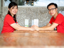 Νέα ασιατικά χέρια εκμετάλλευσης ζεύγους Στοκ φωτογραφία με δικαίωμα ελεύθερης χρήσης