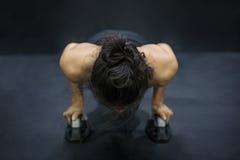 Νέα ασιατική γυναίκα αθλητών που κάνει την ώθηση επάνω στο πάτωμα Στοκ εικόνες με δικαίωμα ελεύθερης χρήσης