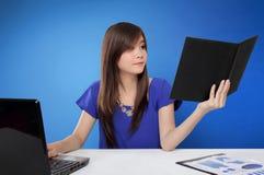 Νέα ασιατική γυναίκα απασχολημένη με την εργασία γραφείων της Στοκ Εικόνες