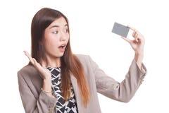 Νέα ασιατική γυναίκα ευχαριστημένη από την κενή κάρτα Στοκ Φωτογραφία