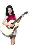 Νέα ασιατική γυναίκα με την ακουστική κιθάρα Στοκ Εικόνες