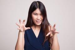 Νέα ασιατική γυναίκα με τη απόκοσμη χειρονομία χεριών Στοκ εικόνα με δικαίωμα ελεύθερης χρήσης