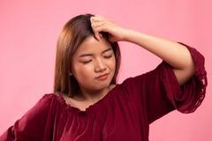 Νέα ασιατική γυναίκα που αρρωσταίνονται και πονοκέφαλος στοκ εικόνες