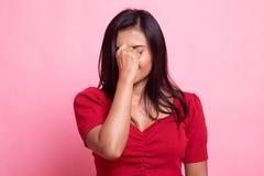 Νέα ασιατική γυναίκα που αρρωσταίνονται και πονοκέφαλος στοκ φωτογραφία με δικαίωμα ελεύθερης χρήσης