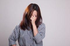Νέα ασιατική γυναίκα που αρρωσταίνονται και πονοκέφαλος Στοκ Φωτογραφία