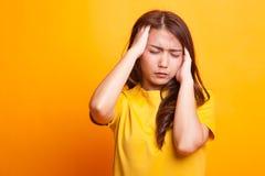 Νέα ασιατική γυναίκα που αρρωσταίνονται και πονοκέφαλος στοκ εικόνα με δικαίωμα ελεύθερης χρήσης