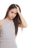 Νέα ασιατική γυναίκα που αρρωσταίνονται και πονοκέφαλος Στοκ Φωτογραφίες