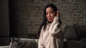 Νέα ασιατική γυναίκα που δείχνει σε σας και που εξετάζει τη κάμερα Γλώσσα του σώματος, κλείνοντας το μάτι κορίτσι που χαμογελά πα απόθεμα βίντεο