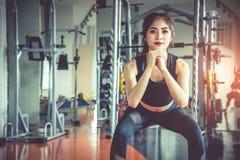 Νέα ασιατική γυναίκα που κάνει τη στάση οκλαδόν workout για το παχιές κάψιμο και τη διατροφή ι στοκ φωτογραφία