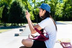Νέα ασιατική γυναίκα που κάνει selfie τις εικόνες Στοκ φωτογραφία με δικαίωμα ελεύθερης χρήσης