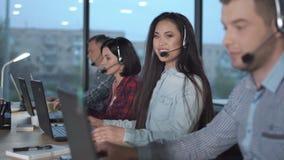 Νέα ασιατική γυναίκα στο τηλεφωνικό κέντρο φιλμ μικρού μήκους