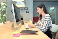 Νέα ασιατική επιχείρηση freelancer που λειτουργεί στον έξυπνο υπολογιστή Στοκ εικόνα με δικαίωμα ελεύθερης χρήσης