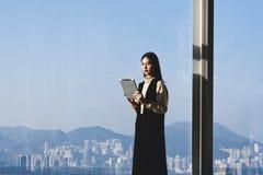 Νέα ασιατική επιχειρηματίας που εργάζεται στην ψηφιακή ταμπλέτα Στοκ Φωτογραφία