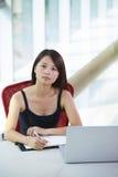 Νέα ασιατική επιχειρηματίας στο γραφείο στοκ φωτογραφία