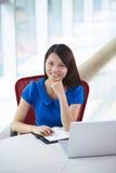 Νέα ασιατική επιχειρηματίας στο γραφείο στοκ εικόνα