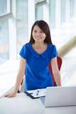 Νέα ασιατική επιχειρηματίας στο γραφείο στοκ εικόνες