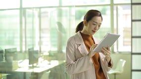 Νέα ασιατική εργασία επιχειρηματιών στην αρχή φιλμ μικρού μήκους