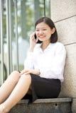 Νέα ασιατική θηλυκή εκτελεστική ομιλία στο τηλέφωνο Στοκ Εικόνα