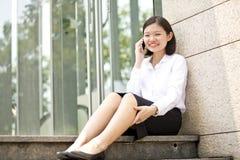 Νέα ασιατική θηλυκή εκτελεστική ομιλία στο τηλέφωνο Στοκ Φωτογραφίες