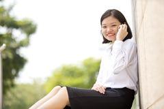 Νέα ασιατική θηλυκή εκτελεστική ομιλία στο τηλέφωνο Στοκ εικόνα με δικαίωμα ελεύθερης χρήσης