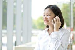 Νέα ασιατική θηλυκή εκτελεστική ομιλία στο τηλέφωνο Στοκ φωτογραφίες με δικαίωμα ελεύθερης χρήσης