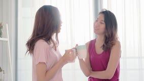 Νέα ασιατική ομιλία ζευγών γυναικών λεσβιακή ευτυχής και καφές κατανάλωσης στην κρεβατοκάμαρα στο σπίτι φιλμ μικρού μήκους