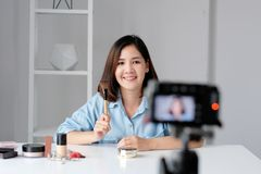 Νέα ασιατική ομορφιά γυναικών blogger που επιδεικνύει πώς να αποτελέσει την τηλεοπτική διδακτική καταγραφή από τη κάμερα, vlog έν στοκ φωτογραφία με δικαίωμα ελεύθερης χρήσης