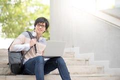 Νέα ασιατική συνεδρίαση φοιτητών πανεπιστημίου ατόμων στο σκαλοπάτι Στοκ Εικόνες