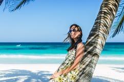 Νέα λατρευτή γυναίκα στην τροπική αμμώδη παραλία κατά τη διάρκεια των καραϊβικών διακοπών Στοκ φωτογραφία με δικαίωμα ελεύθερης χρήσης