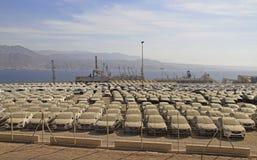 Νέα αυτοκίνητα που παρατάσσονται στο λιμένα Eilat στοκ εικόνα με δικαίωμα ελεύθερης χρήσης