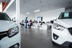 Νέα αυτοκίνητα στην αίθουσα εκθέσεως εμπόρων Στοκ Φωτογραφία