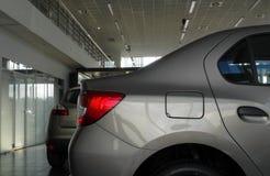 Νέα αυτοκίνητα στην αίθουσα εκθέσεως του καταστήματος ενοικίου αυτοκινήτων Στοκ Φωτογραφίες