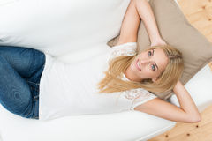 Νέα αφηρημάδα γυναικών στοκ φωτογραφία με δικαίωμα ελεύθερης χρήσης