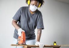 Νέα αφρικανική γυναίκα που ανακαινίζει την έννοια σπιτιών DIY Στοκ Φωτογραφίες