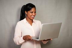 Νέα αφρικανική επιχειρηματίας που χρησιμοποιεί ένα lap-top Στοκ Εικόνες