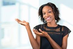 Νέα αφρικανική παρουσίαση γυναικών Στοκ φωτογραφίες με δικαίωμα ελεύθερης χρήσης