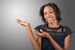 Νέα αφρικανική παρουσίαση γυναικών Στοκ Φωτογραφία