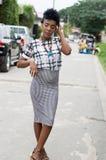 Νέα αφρικανική πρότυπη τοποθέτηση στην οδό Στοκ Φωτογραφίες