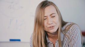 Νέα βέβαια επιτυχής κύρια επιχειρησιακή γυναίκα επιχείρησης που μιλά, φιλμ μικρού μήκους
