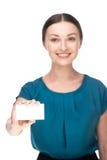 Νέα βέβαια επιχειρησιακή γυναίκα που χαμογελά και που κρατά Στοκ Εικόνα